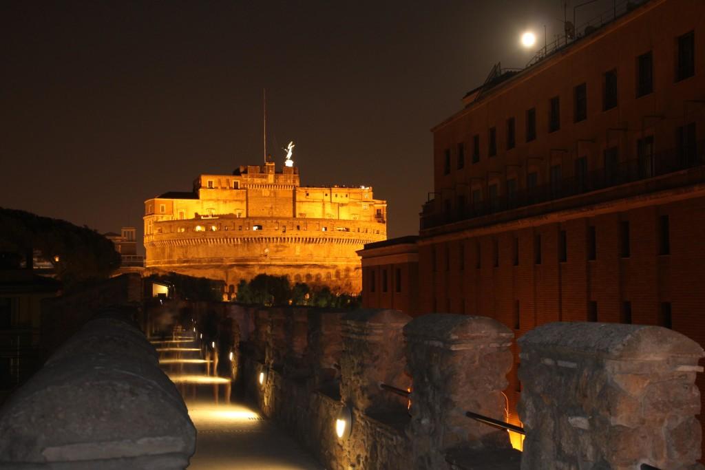 Rome_-_Passetto_di_Borgo_and_Castel_Sant'Angelo_by_night_0990